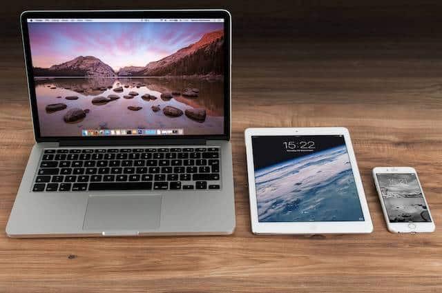 Foxconn Mitarbeiterin arbeitet am MacBook