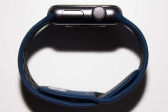 14 - Sport Armband an der Apple Watch (Armband geschlossen, Watch auf der Seite, Ansicht von oben)