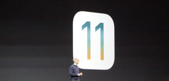 Foto der Folie mit iOS 11-Logo auf der WWDC-Keynote 2017 und Tim Cook