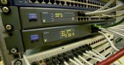 Sicherheit - Server mit Kabeln - Symbolbild
