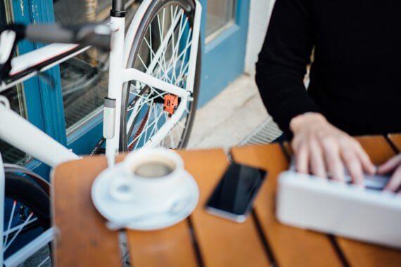 FahrradJäger insect in einem Café am Fahrrad
