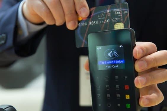 Bezahlen am Terminal mit Karte, Bild: CC0