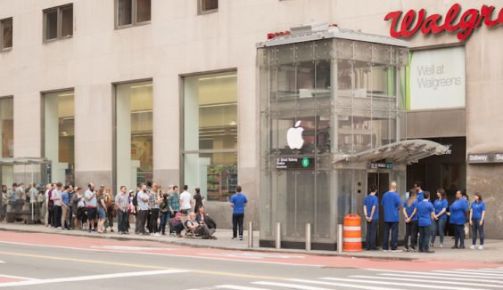 Der Apple Store in der U-Bahn - New York / ImproEverywhere