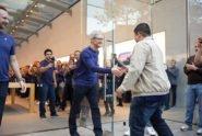 Tim Cook begrüßt Fan bei iPhone X Launch