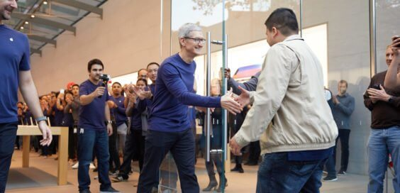 Tim Cook begrüßt Fan bei iPhone X Launch