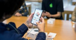 iPhone X in Hand von Fan im Apple Store Animoji thumb