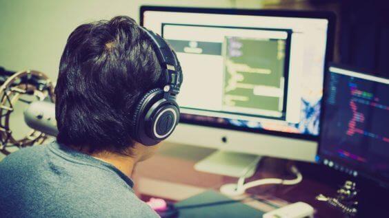 Konzentrierte Arbeit am iMac, Bild: CC0