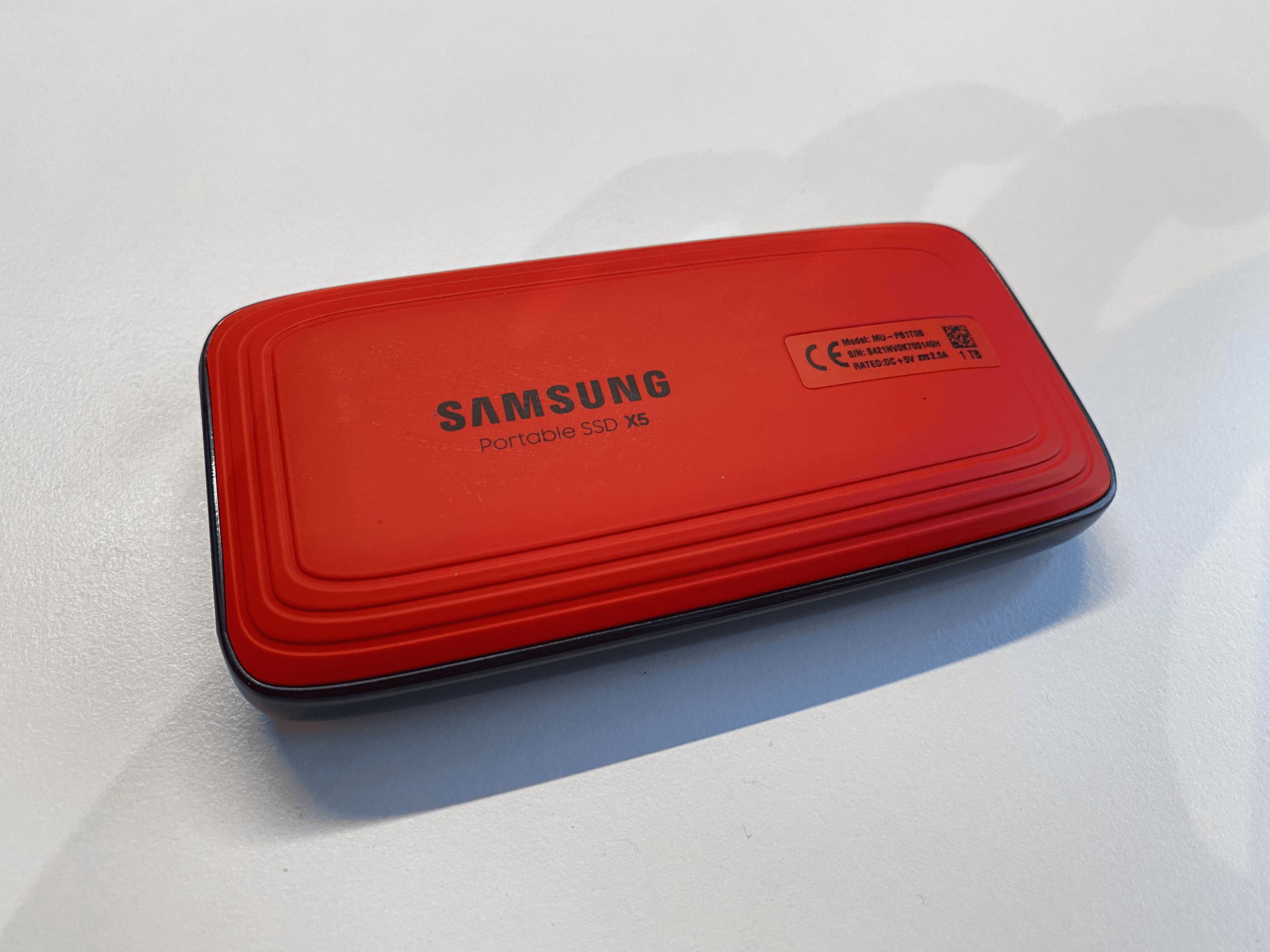 Die 'sportliche' Rückseite der Samsung X5.