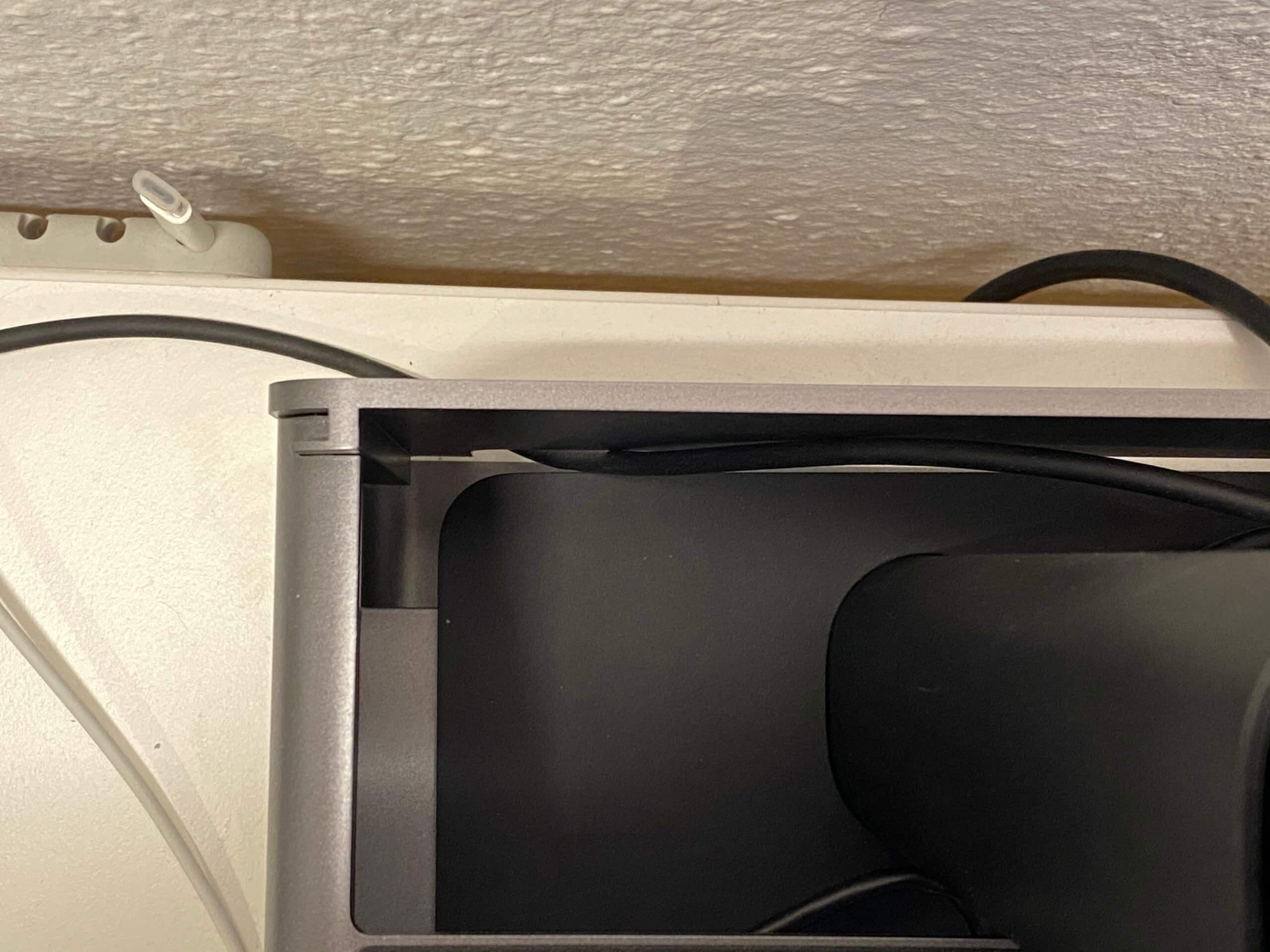 Steht der LG UltraFine auf der höhenverstellbaren Ebene, wird die Kabelführung enorm eingeschränkt.