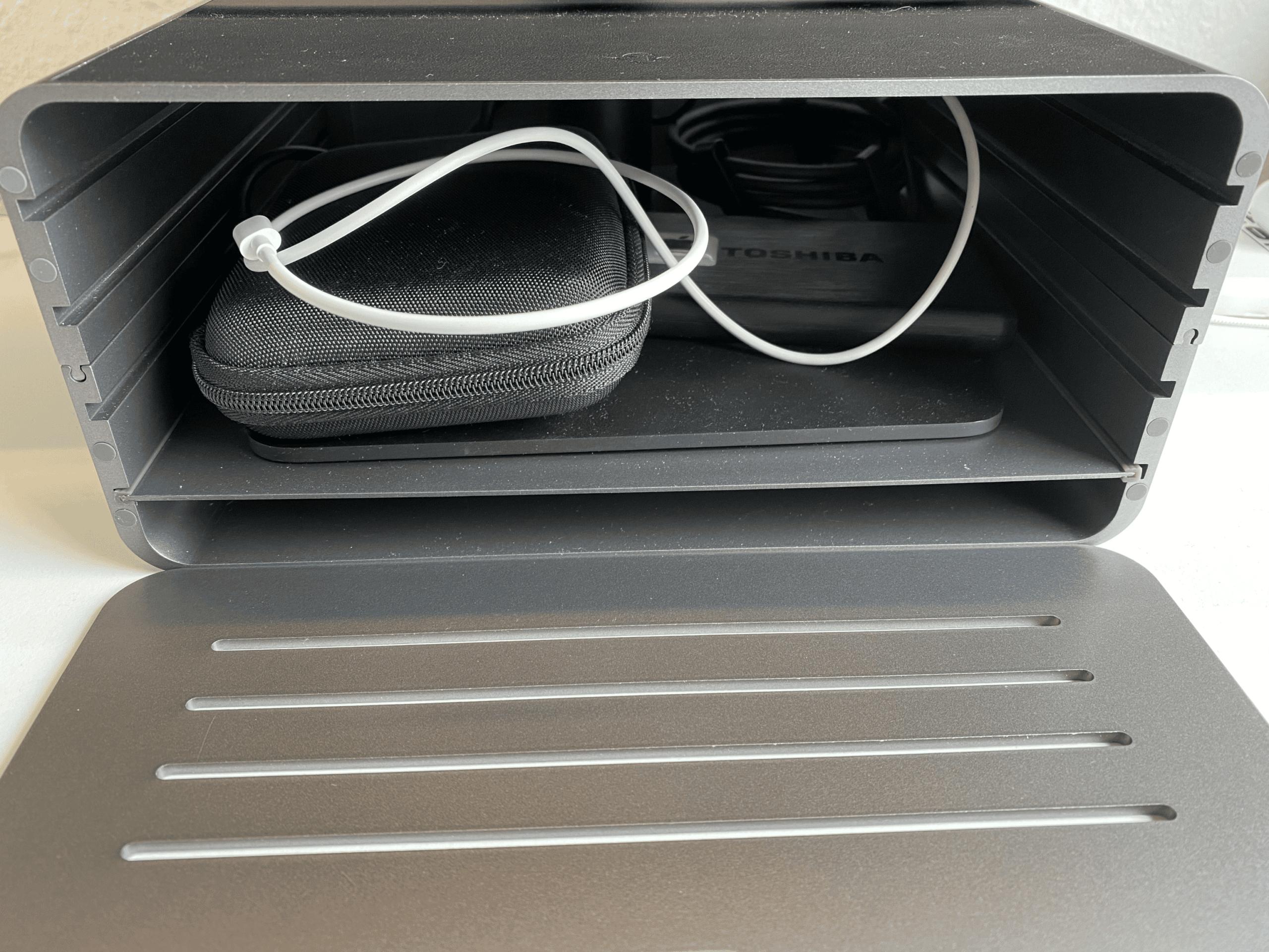 Im Inneren bietet sich sehr viel Stauraum für Festplatten und Co.