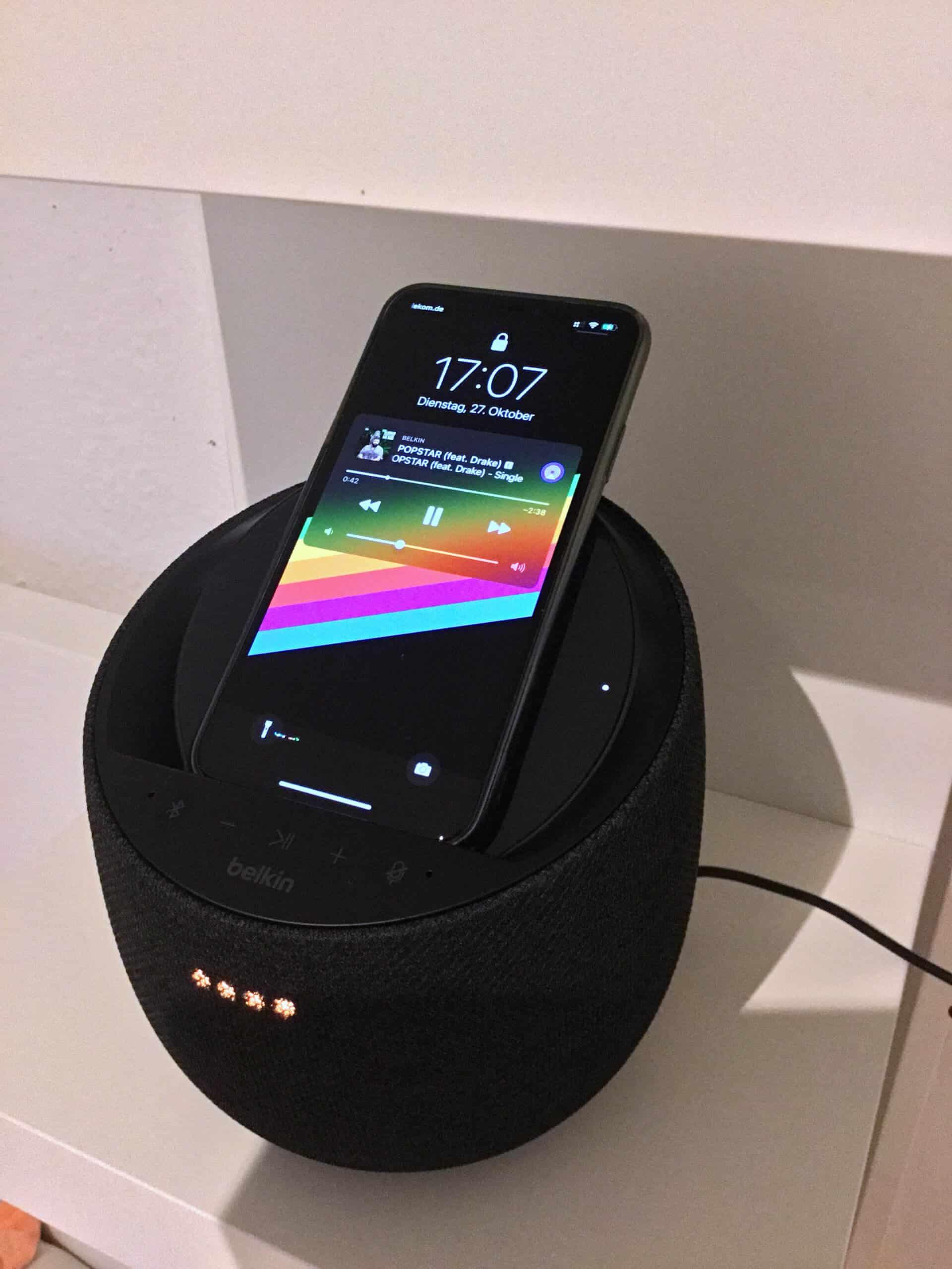 Smarte Idee: Kabellose Ladeschale und Speaker miteinander verbinden