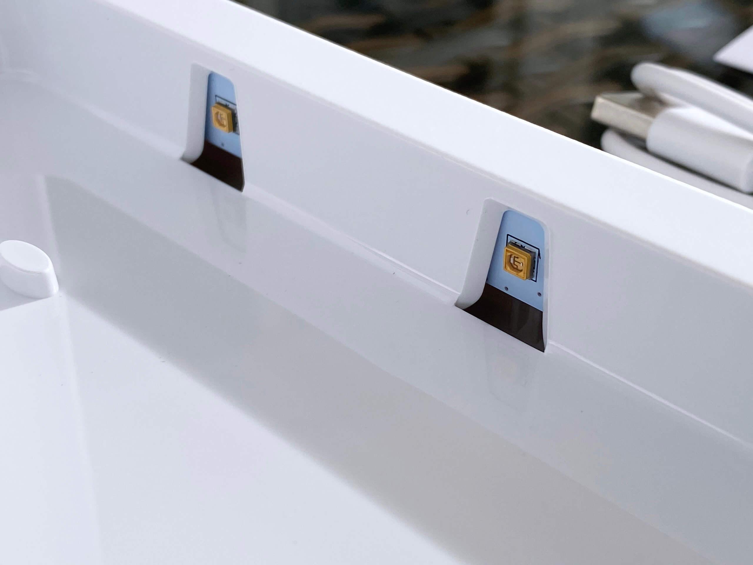 Mehrere Dioden bestrahlen das Smartphone mit UV-Licht.