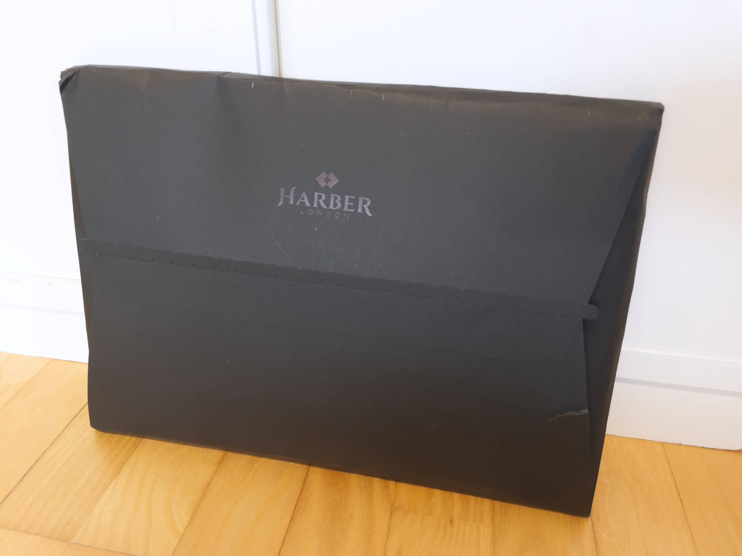 Die individuelle Kartonverpackung von Harber London ist eine nette Idee.