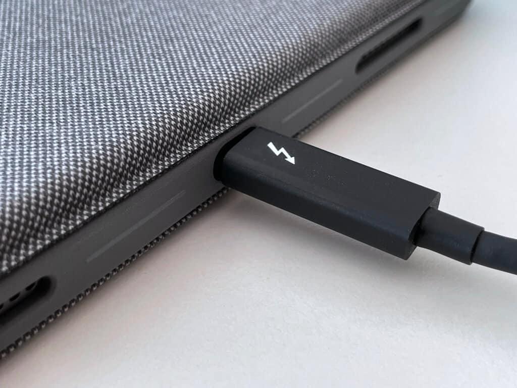 Ein stinknormales Thunderbolt-3-Kabel passt nicht in die Aussparung des Combo Touch.